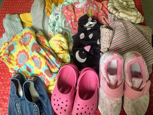 Lastenvaatteita ja -kenkiä