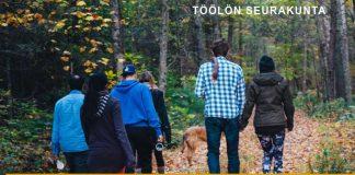 Ihmisiä kävelyllä syksyisessä metsässä